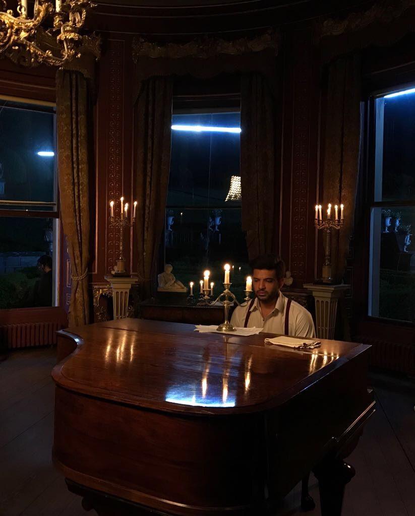 karan-kundrra-playing-piano-3