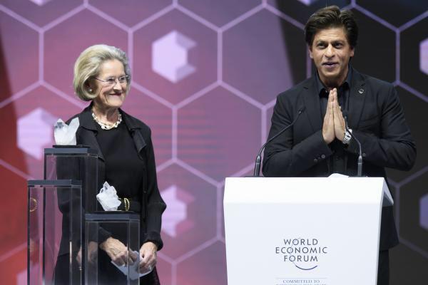 shah rukh khan receives the crystal award