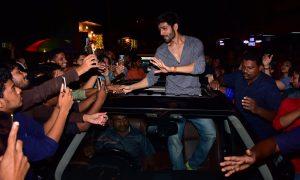 Kartik Aaryan mobbed by fans