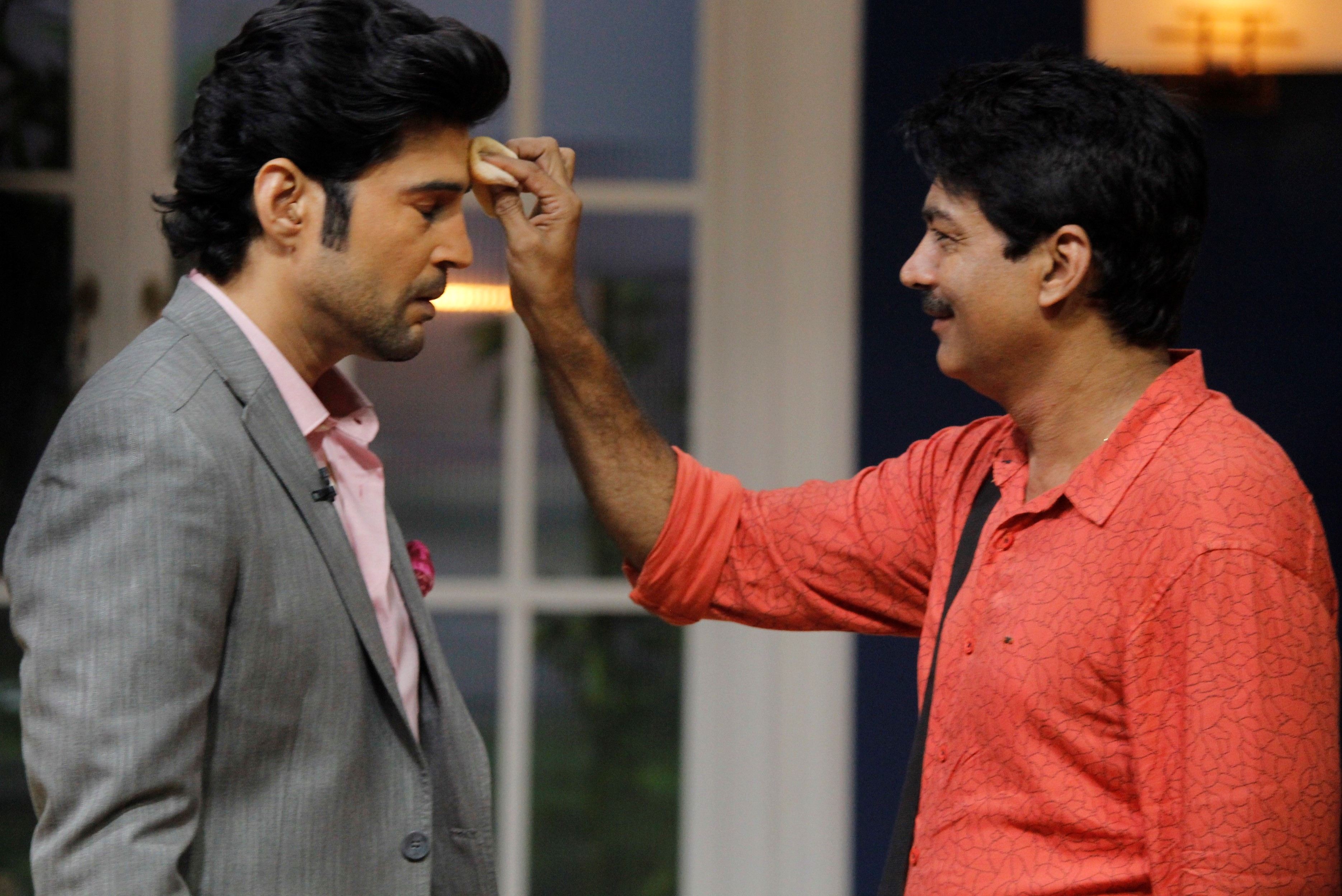 rajeev-khandelwal-on-the-sets-of-juzzbaatt-with-his-make-up-man