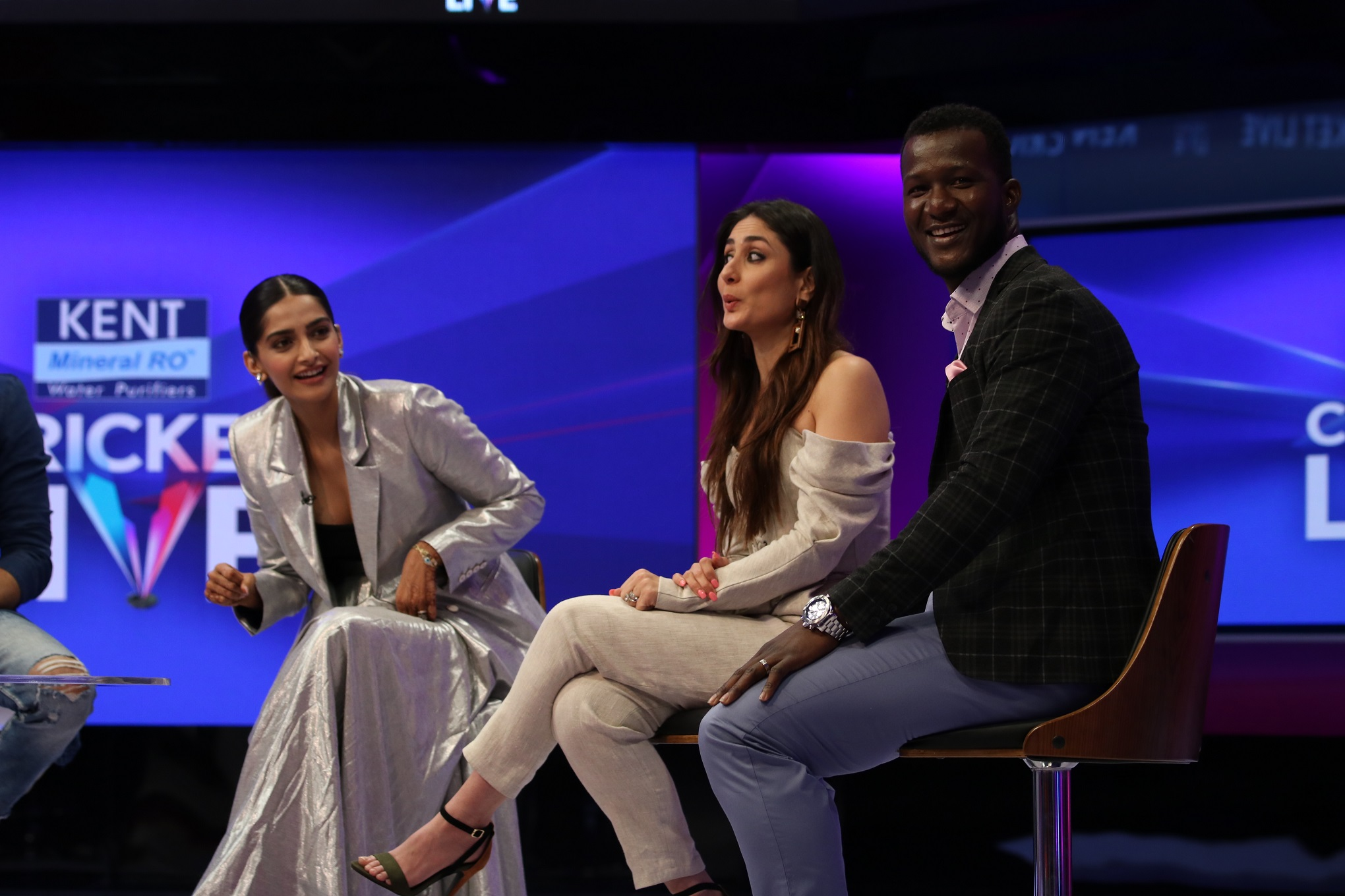 sonam-kapoor-kareena-kapoor-khan-and-darren-sammy-at-kent-cricket-live-on-star-sports-network