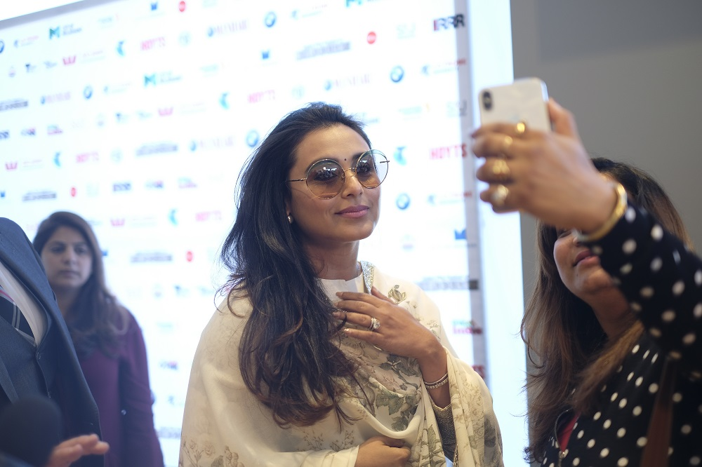 rani-mukerji-takes-a-pictures-with-a-fan